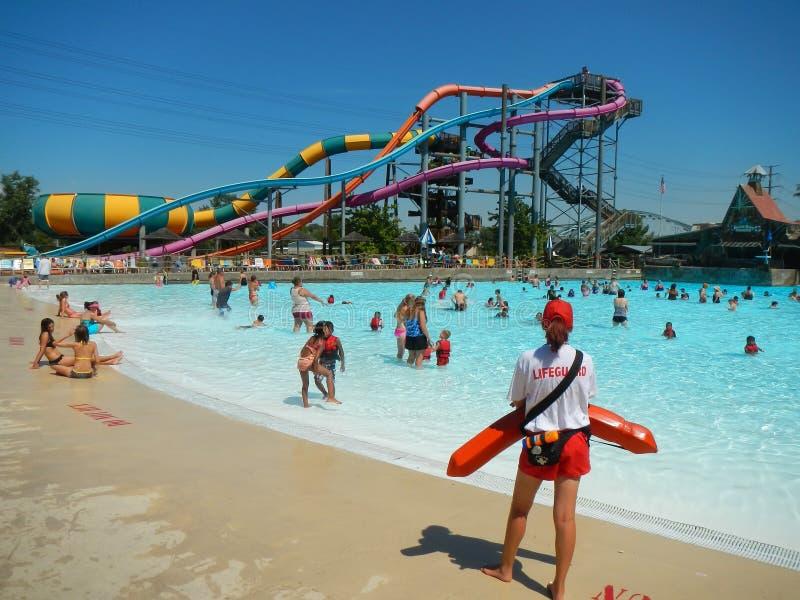 Les gens nageant dans une piscine au parc aquatique images stock