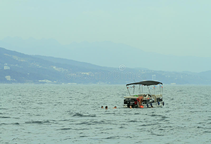 Les gens nagent en mer ouverte image stock