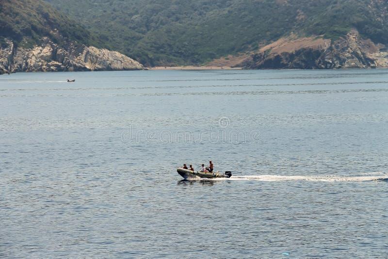 Les gens naviguant sur le canot automobile dans les eaux de la mer tyrrhénienne, l'Île d'Elbe photo stock