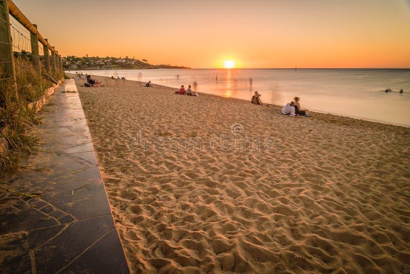 Les gens observant le coucher du soleil à la plage dans Frankston, Australie photographie stock libre de droits