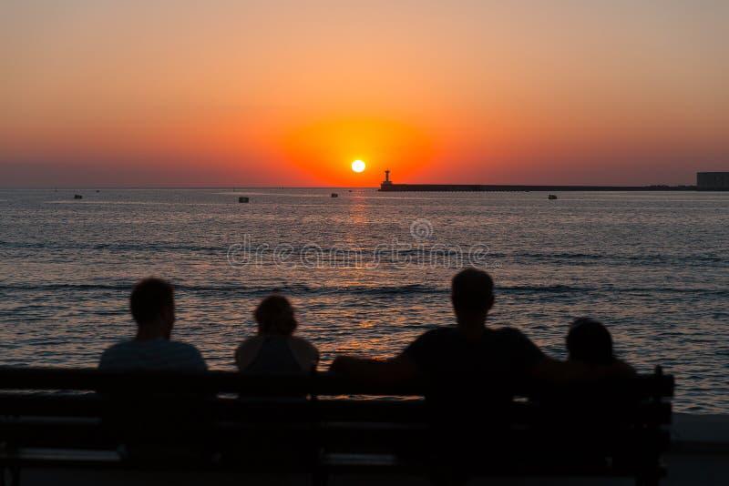 Les gens observant le coucher du soleil à Sébastopol images stock