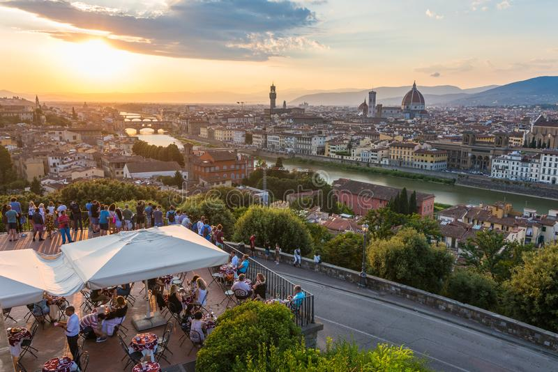 Les gens observant le coucher du soleil de panorama de Florence de Piazzale Michaël Angelo La Toscane, Italie photo libre de droits