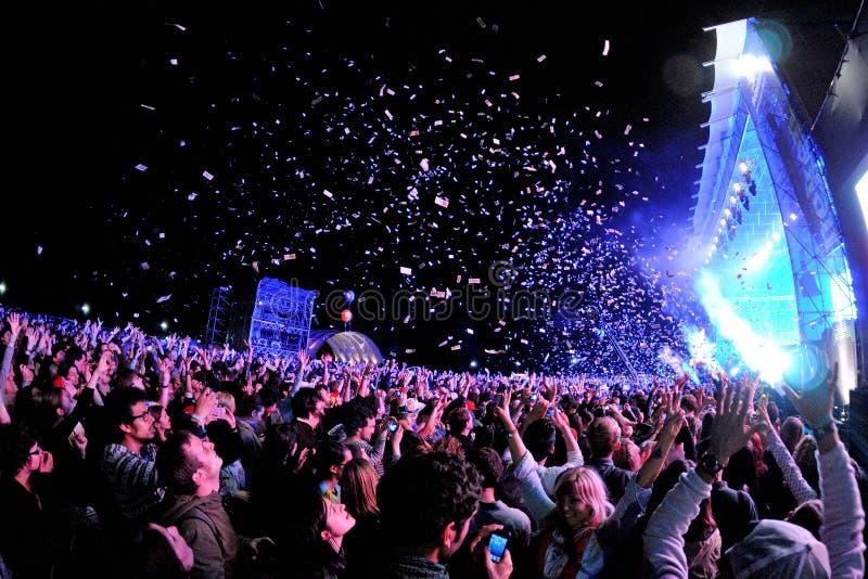 Les gens observant un concert, alors que les confettis de lancement de l'étape chez Heineken Primavera retentissent le festival 2 photos libres de droits