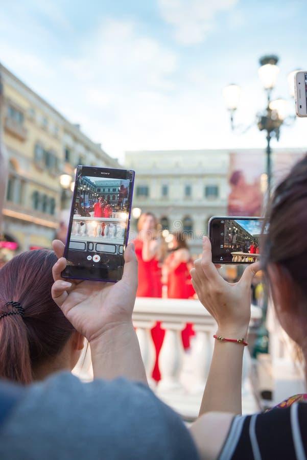 Les gens observant une émission en direct prendre des photos et des vidéos images libres de droits