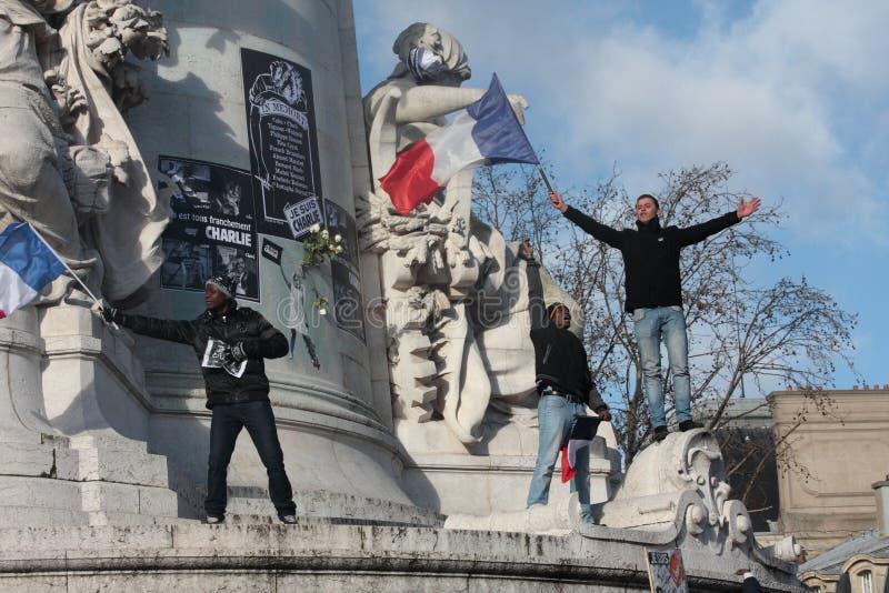 Les gens ondulant le drapeau français, Paris image libre de droits