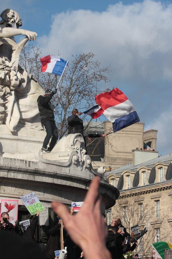 Les gens ondulant le drapeau français, Paris photographie stock