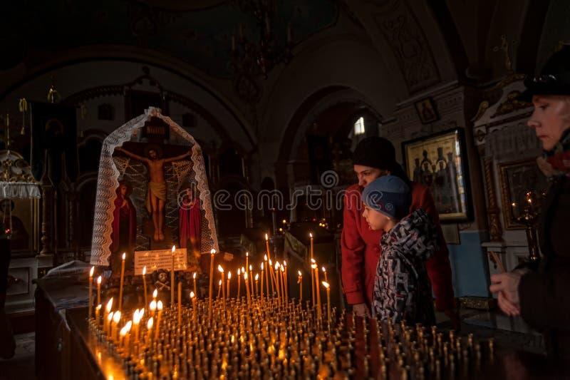 Les gens ont mis des bougies pour la paix de décéder dans la cathédrale de Znamensky photos stock