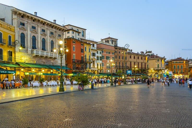 Les gens ont plaisir à marcher au soutien-gorge de Piazza photos stock