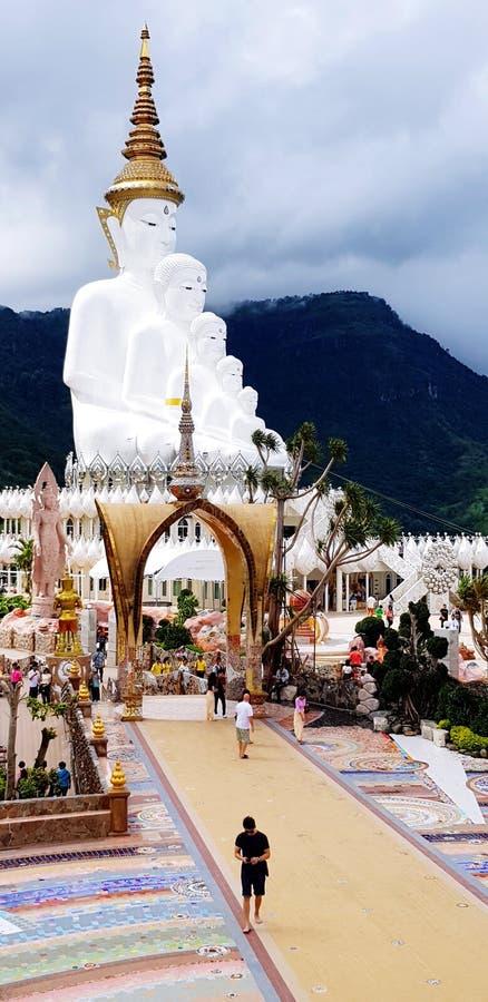 Les gens ou le touriste viennent pour adorer la grande statue blanche de Bouddha et les choses sacrées chez Wat Pha Sorn Kaew image stock