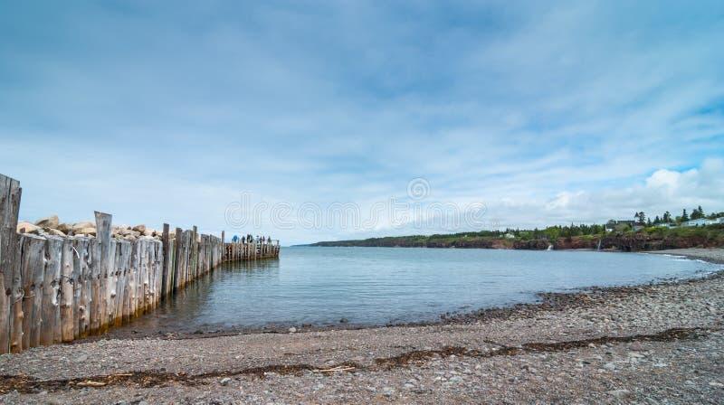 Les gens pêchant à l'extrémité d'un dock dans le printemps Littoral de Nova Scotia en juin photos stock
