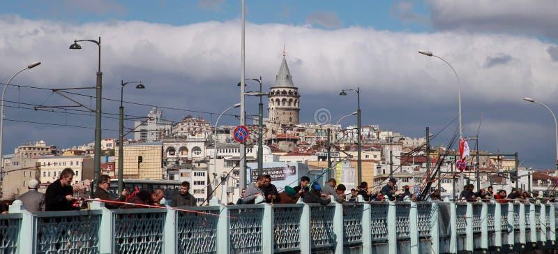 Les gens pêchant sur le pont de Galata images libres de droits