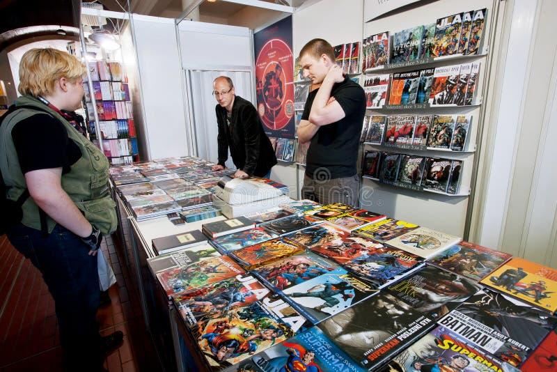 Les gens parlent des bandes dessinées au stand graphique de romans images libres de droits
