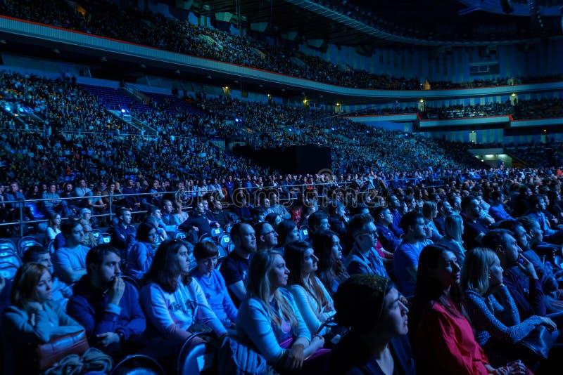 Les gens participent à la conférence d'affaires dans le hall du congrès au forum global de synergie photos libres de droits