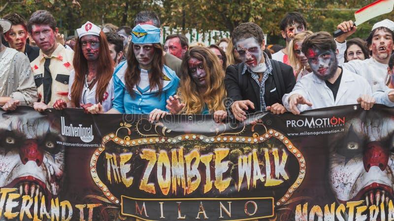Les gens participent à la promenade de zombi à Milan, Italie images stock