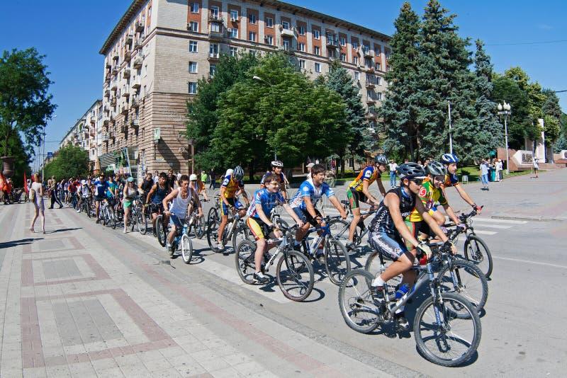 Les gens participent au défilé de vélo dans le jour de la jeunesse à Volgograd photographie stock libre de droits