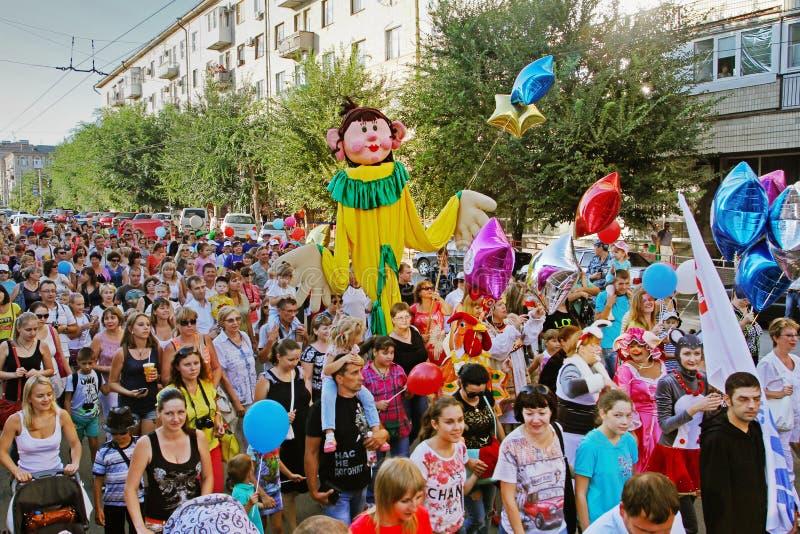 Les gens participent au défilé du ` de cavalcade de cirque de ` d'interprètes de cirque à Volgograd images stock