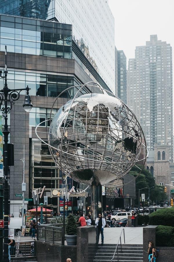 Les gens près de la sculpture en globe par Kim Brandell chez Columbus Circle, New York, Etats-Unis image stock