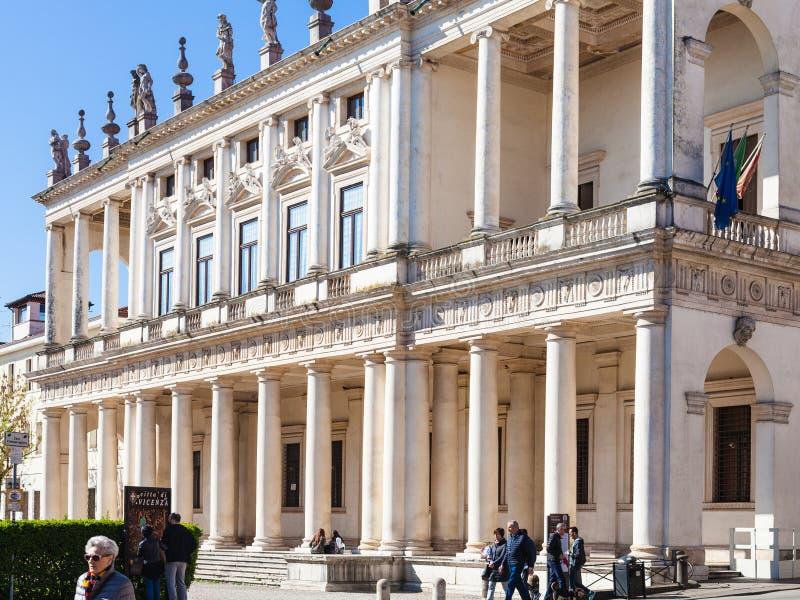 Les gens près de Palazzo Chiericati dans la ville de Vicence photo stock