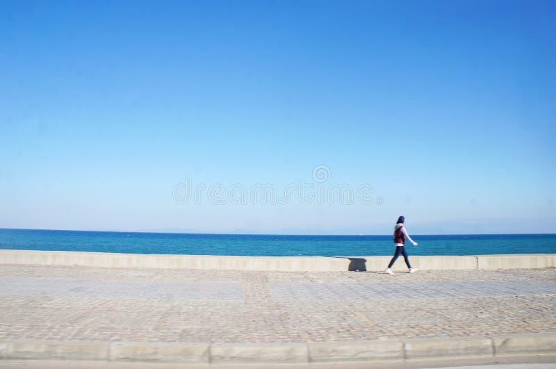 Les gens près du bord de la mer avec le tir instantané photos libres de droits