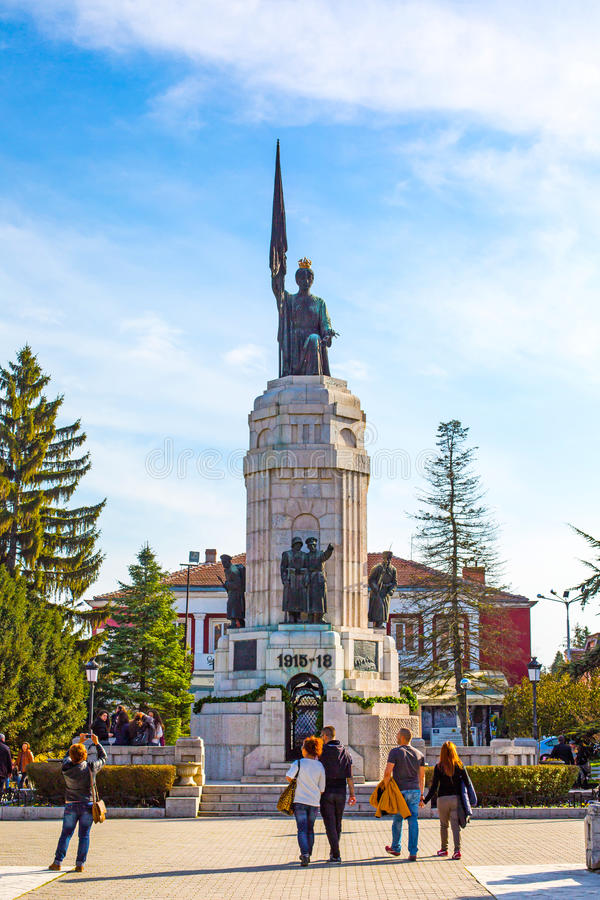 Les gens près du monument de la mère Bulgarie dans Veliko Tarnovo photographie stock