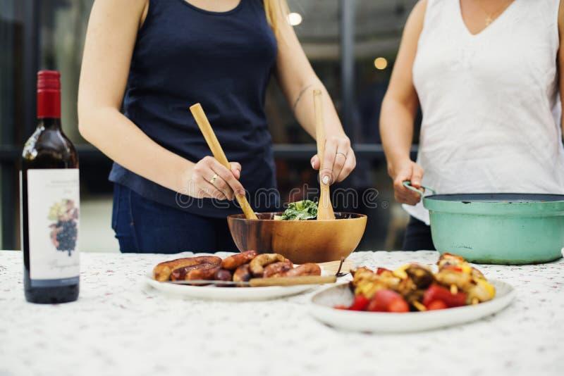 Les gens préparant la nourriture pour la partie photos libres de droits