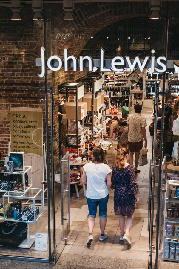 Les gens présentant John Lewis font des emplettes à l'intérieur de la station de Saint-Pancras, Lond photos stock