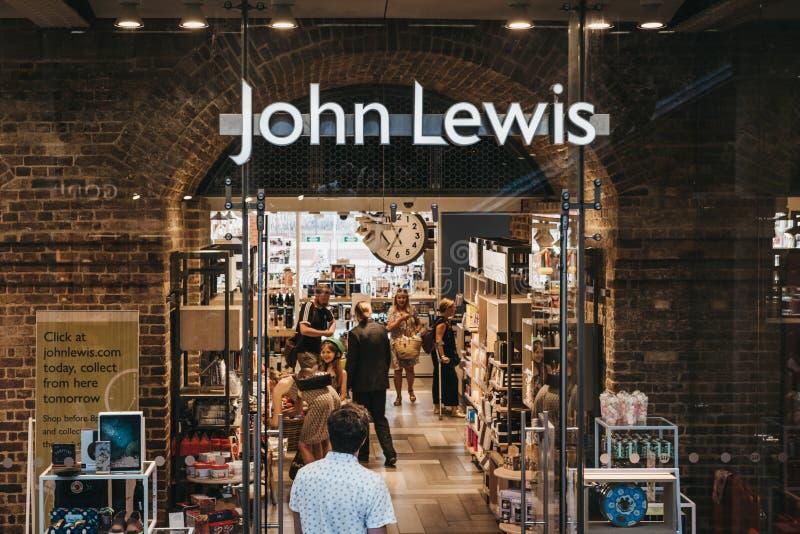 Les gens présentant John Lewis font des emplettes à l'intérieur de la station de Saint-Pancras, Lond images stock