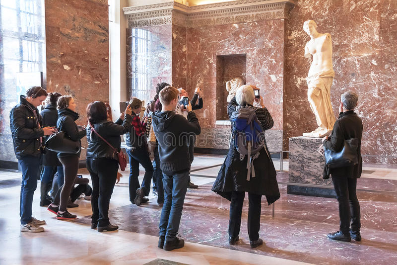 Les gens prenant la photo de l'Aphrodite des Milos au musée de Louvre images libres de droits