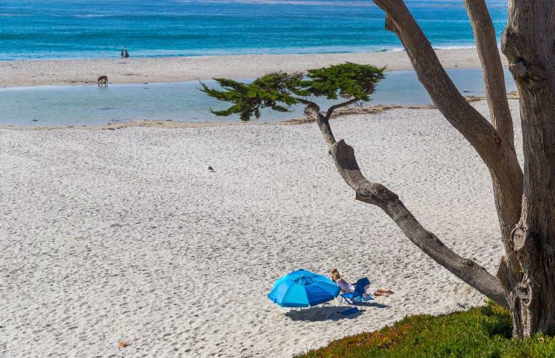 Les gens prenant un bain de soleil à la plage en Carmel-par-le-mer, la Californie photo libre de droits