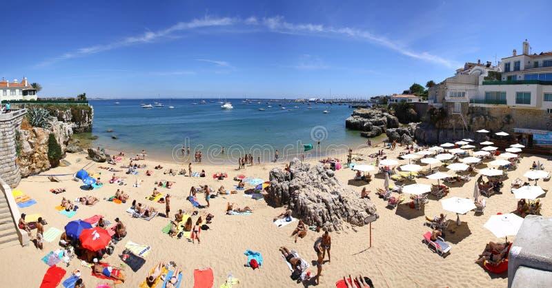 Les gens prenant un bain de soleil sur la plage dans Cascais, Portugal images libres de droits