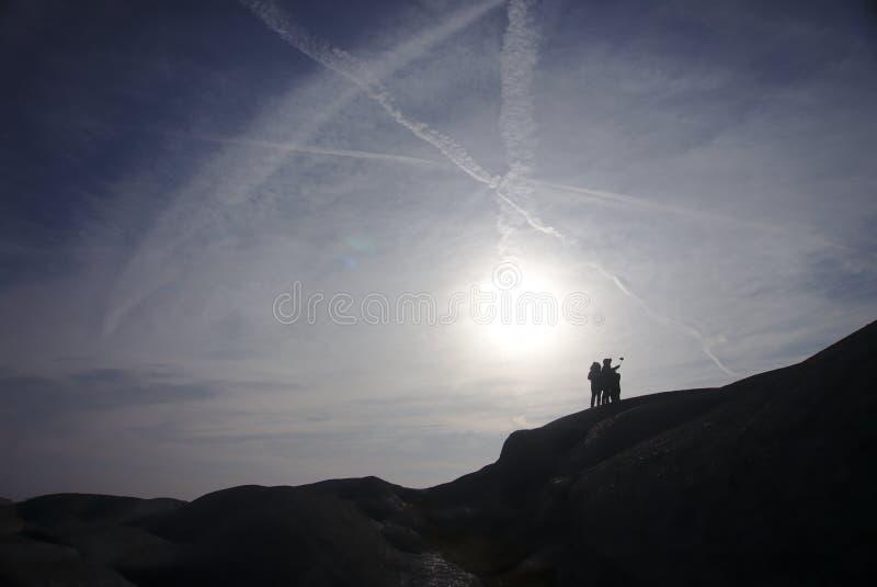 Les gens prenant un selfie devant le soleil images stock