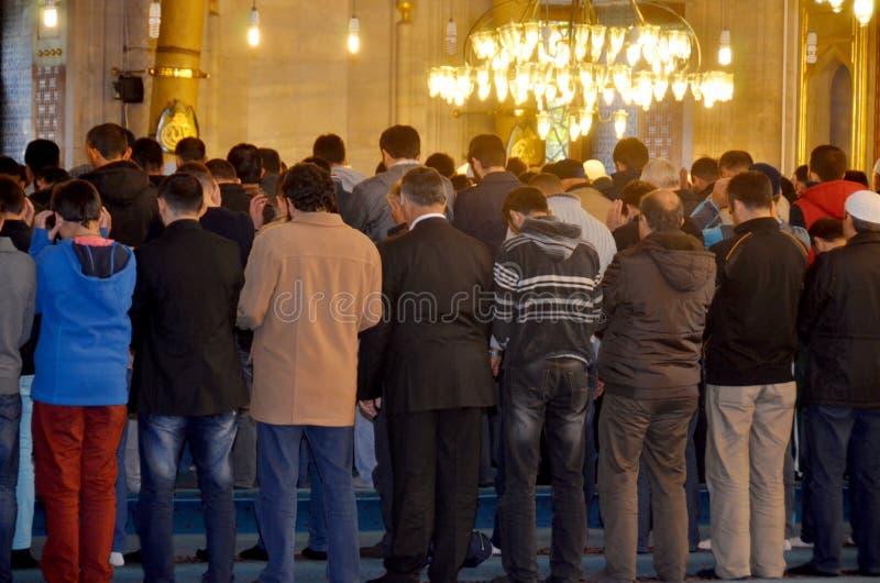 Les gens priant à la mosquée de Suleymaniye photos stock