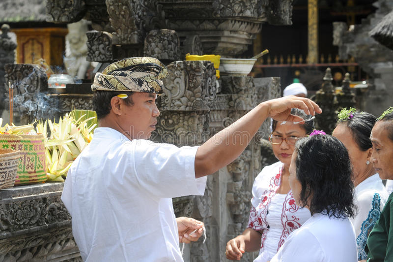 Les gens priant au temple hindou de Tirta Empul de Bali sur l'Indonésie photographie stock libre de droits