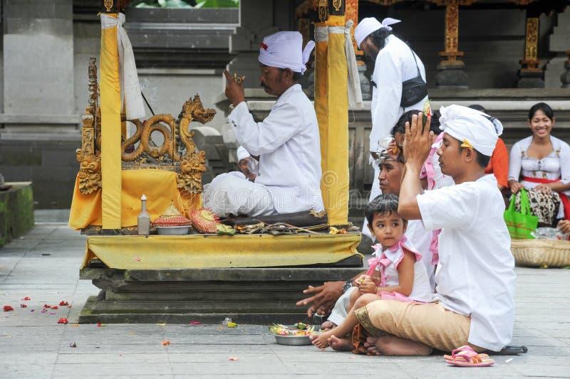 Les gens priant au temple hindou de Tirta Empul de Bali sur l'Indonésie images stock
