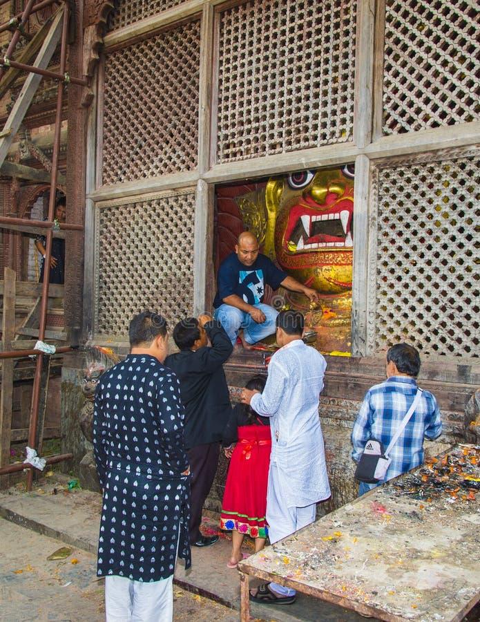 Les gens prient à un dieu indou courroucé, le Bhairab blanc, festival de Dasain, Katmandou, Népal images libres de droits