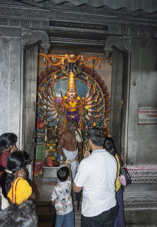 Les gens prient dans le temple hindou photographie stock libre de droits