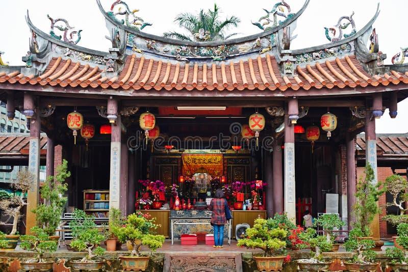 Les gens prient pour un dieu dans le temple oriental traditionnel d'héritage à Taïwan images stock