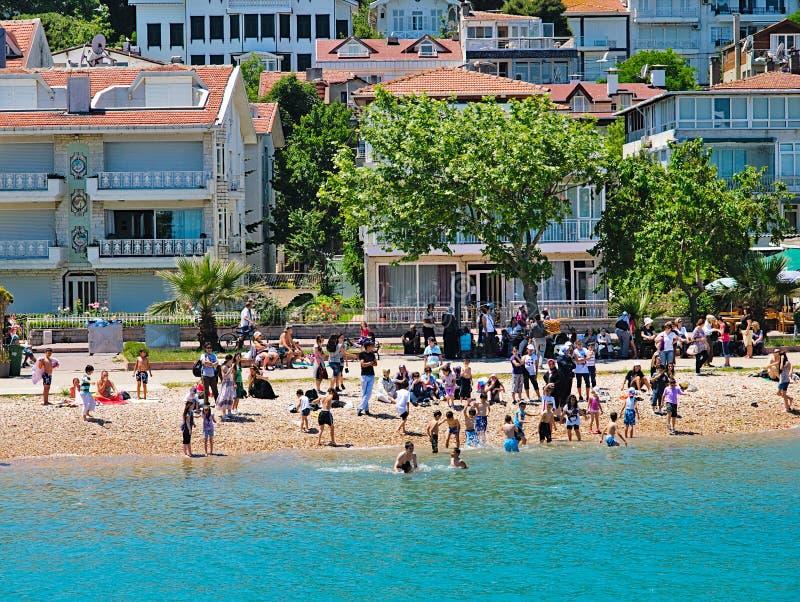 Les gens profitent de la mer sur une plage à Bosporus photographie stock libre de droits