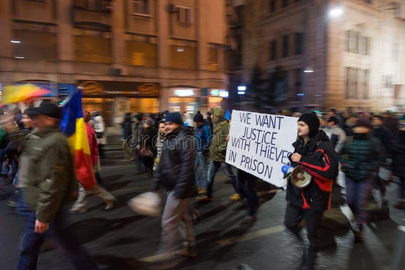 Les gens protestant à Bucarest contre le gouvernement image stock