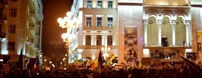 Les gens protestant contre la corruption en Roumanie image stock