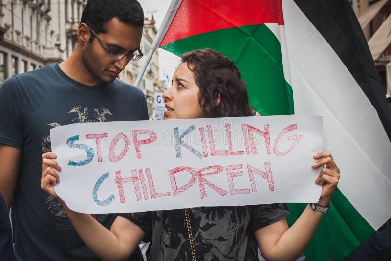 Les gens protestant contre le bombardement de bande de Gaza à Milan, Italie image libre de droits