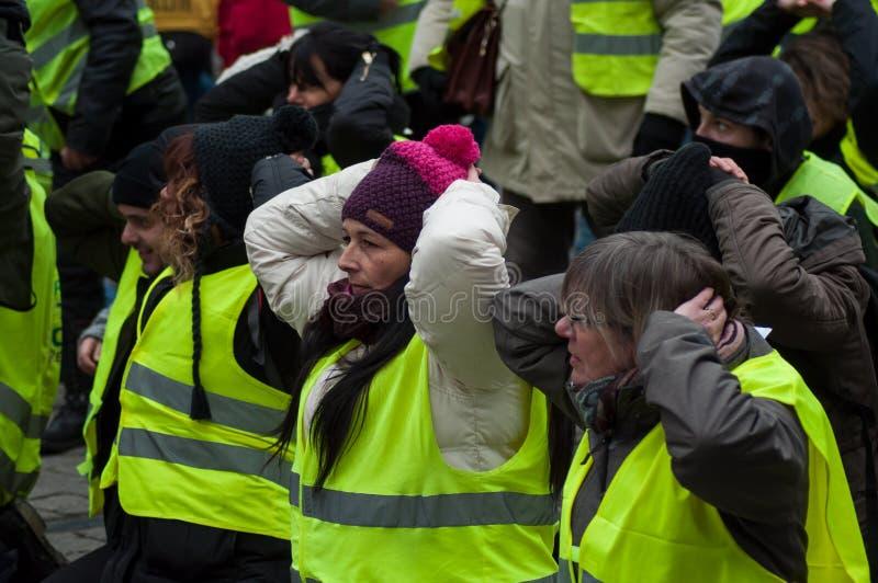 Les gens protestant dans la rue contre des impôts et des prix de carburant en hausse avec des mains sur la tête image stock