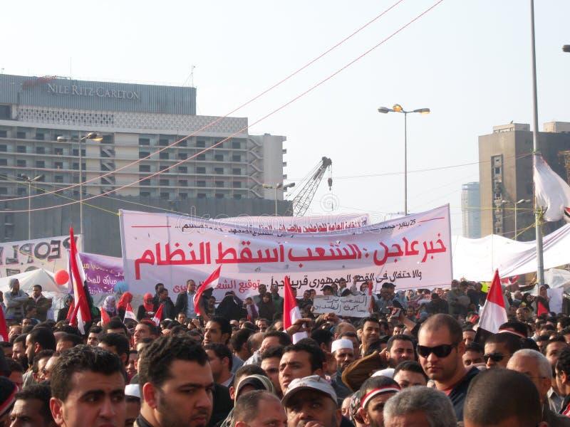 Les gens protestant dans le grand dos de tahrir photo libre de droits