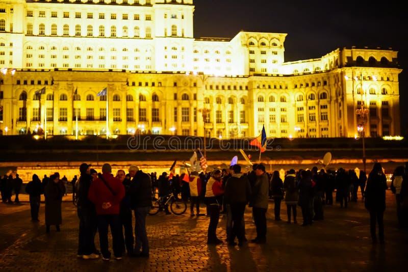 Les gens protestant devant la Chambre de personnes, Bucarest, Roumanie photo stock
