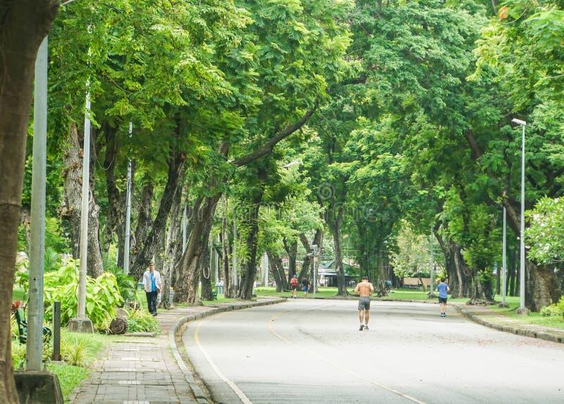 Les gens pulsant sur la voie concrète en parc de Lumpini photos stock