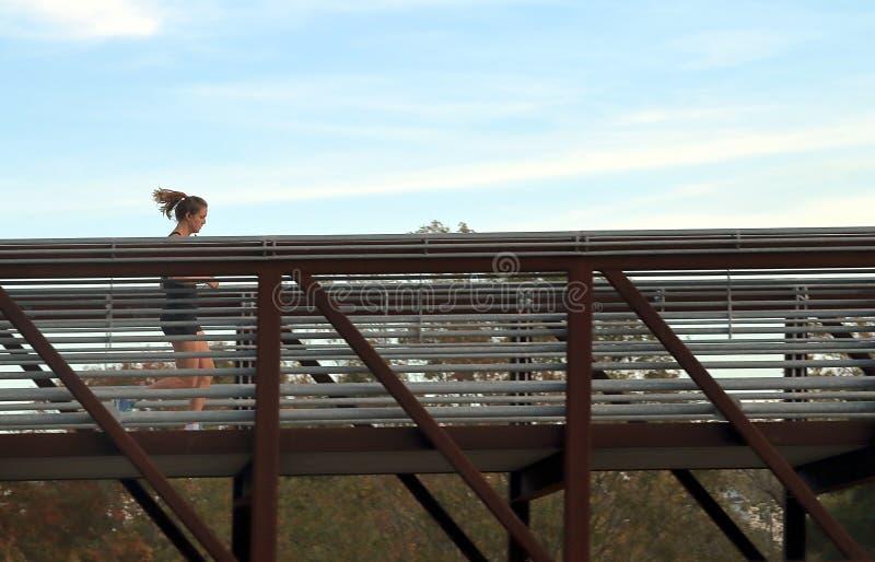 Les gens pulsant sur le pont en parc de bayou de Buffalo, Houston, le Texas images stock