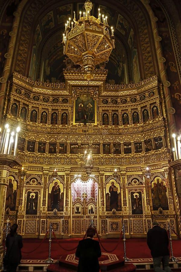Les gens qui prient à l'intérieur dans la cathédrale orthodoxe de Timisoara image stock