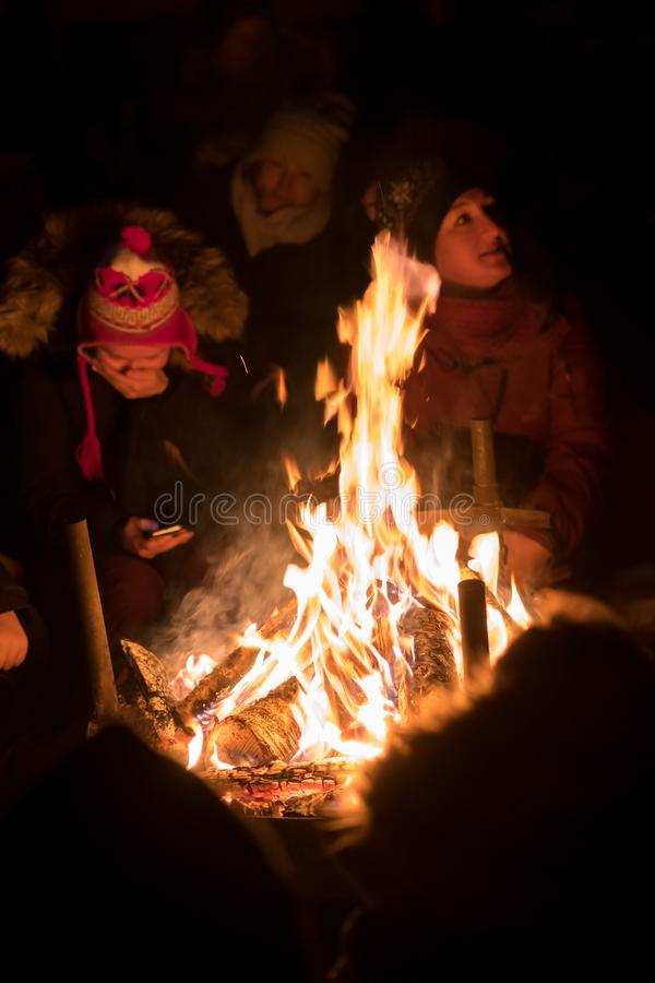 Les gens réchauffant par le feu photographie stock libre de droits