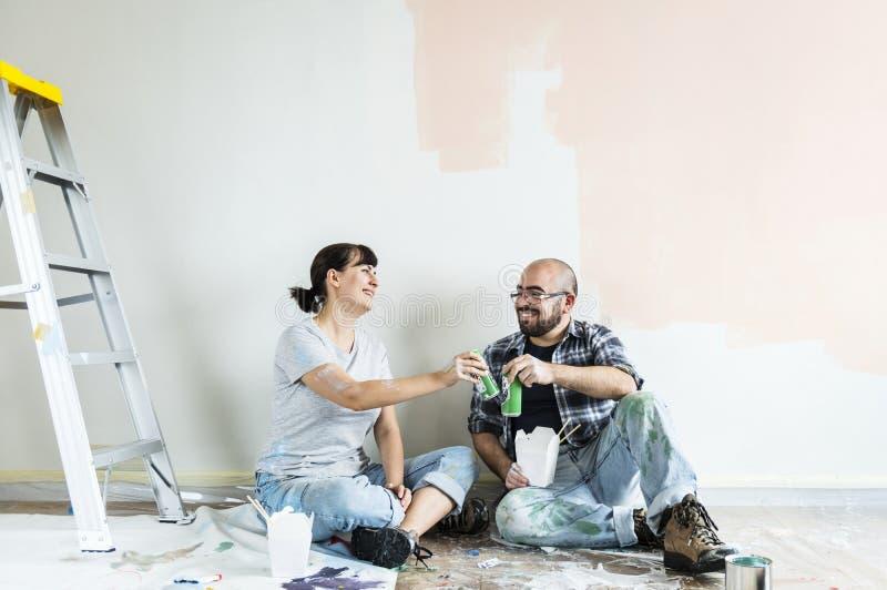 Les gens rénovant la maison ensemble photos stock