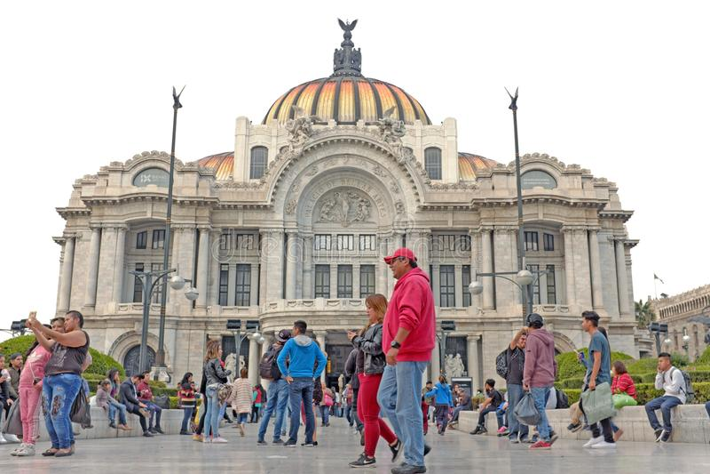 Les gens rassemblent en dehors de l'Art nouveau Palacio De Bella Artes à Mexico, Mexique photos stock